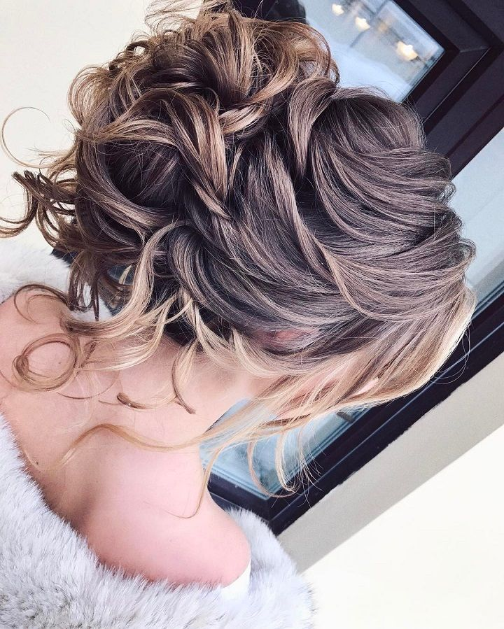 Messy Updos - Wedding Hairstyle for long hair #wedding #hairstyles #halfuphalfdown #bridalhair #weddinghair #hairstyleideas #hairinspiration #bridehairstyles