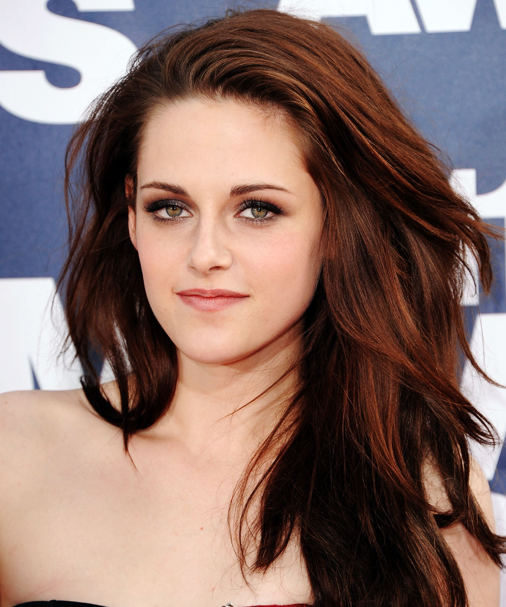 Proof That Kristen Stewart Is The Queen Of Beauty Transformations Auburn Balayage Kristen Stewart Hair Red Brown Hair