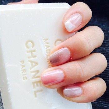 優しい色合いの塗りかけネイル。白、ピンクベージュ、ピンクがグラデーションの