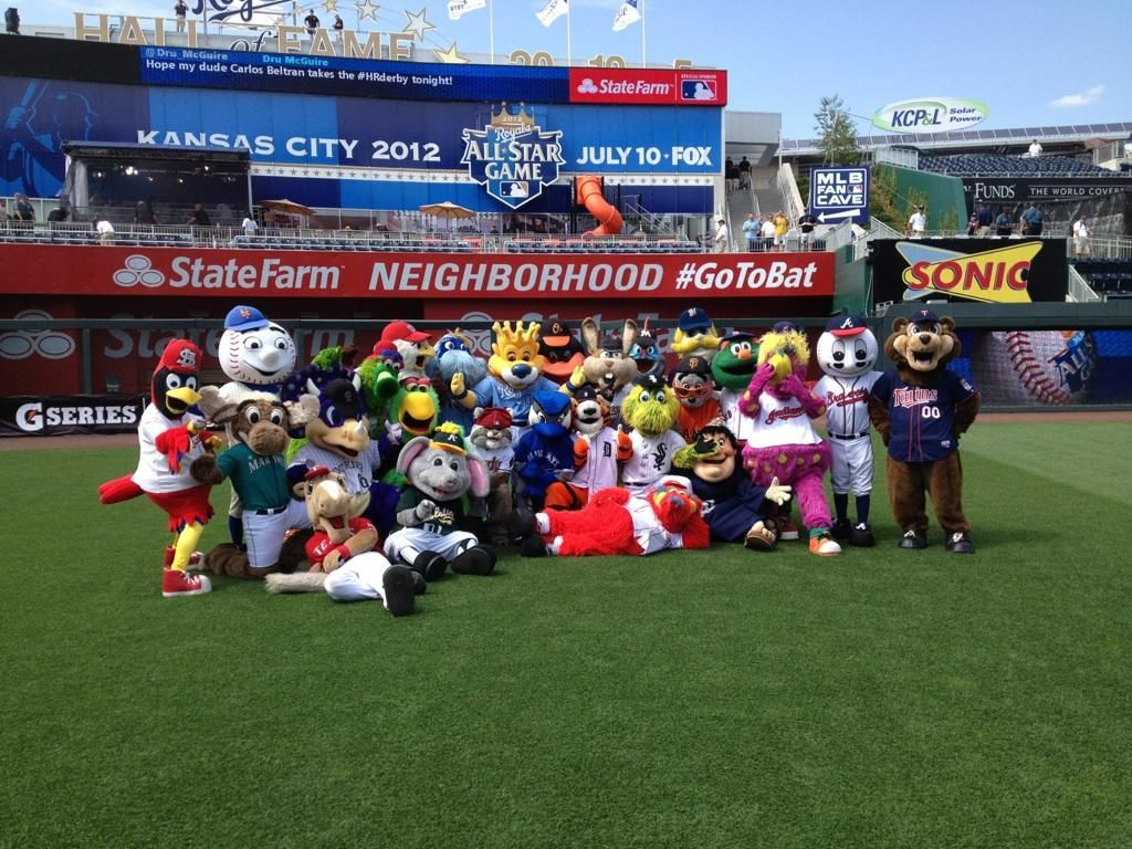 Mlb Mascots In A Family Photo Before The Home Run Derby Fox Games Mascot Homerun
