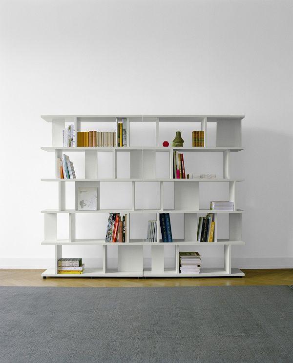 prachtige design boekenkast van massief hout in wit of eikenkleur verkrijgbaar kan ook prima als roomdivider dienen arie boekenkast van e15