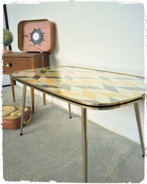 Table Basse Des Annees 60 Revisitee Plateau Motifs Geometriques Recouvert De Verre Chant Noir Et Or Pieds Compas En Meta Mobilier Mobilier De Salon Table Basse