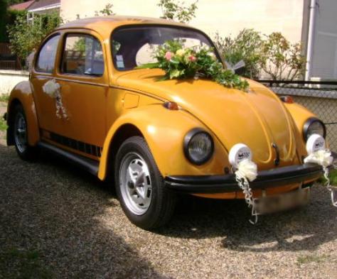 Jolie décoration de voiture pour votre mariage by Location Rétro Mariage. Beautiful car decoration. #wedding #decoration