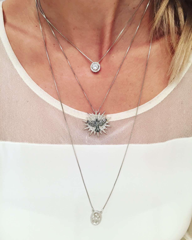 sobreposicao de colares zirconias semi joias