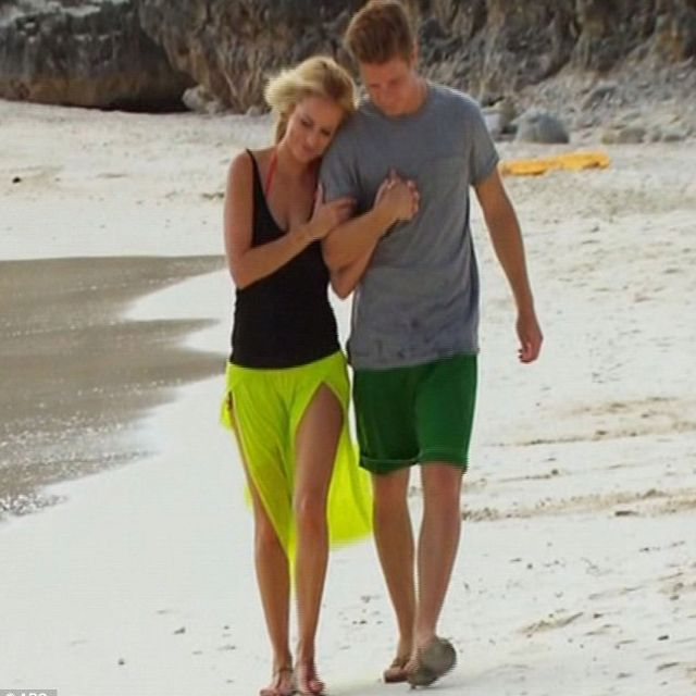 I loved Emily's style this season. I especially loved the lime green skirt she wore on her last date with Jef! A summer must-have!