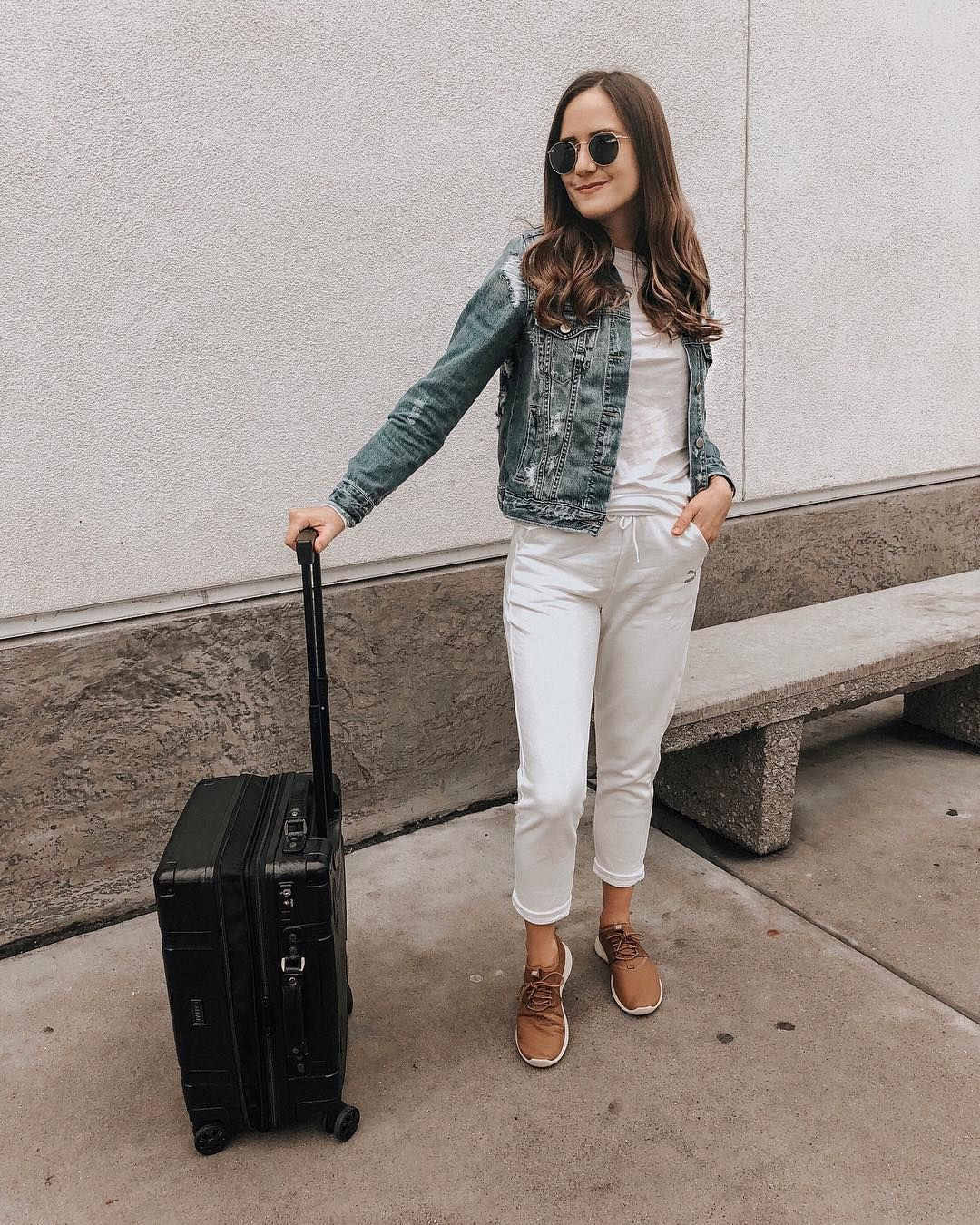 Girlmeetsgold Travel Style White Jogger Pants Outfit All White Outfit How To Wear All White Denim White Joggers Comfy Travel Outfit Fashion Travel Outfit [ 1350 x 1080 Pixel ]