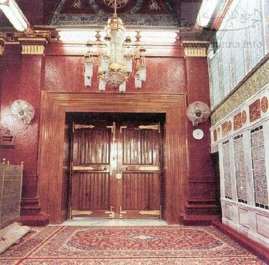 باب المسجد النبوي من الداخل بجوار شباك الرسول صلى الله علية و سلم History Of Islam Al Masjid An Nabawi Grand Mosque