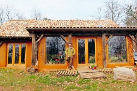 Il a souhaité conserver la couleur naturelle des murs, fruits d\u0027une - maison bois et paille
