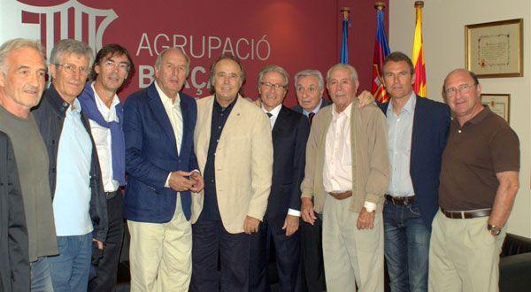 Serrat recibe el escudo del Barça de veteranos.