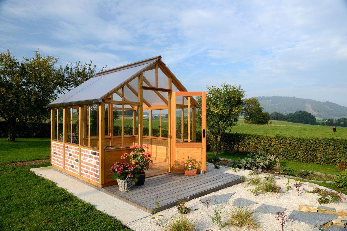 Das Gewächshaus ist aus Holz gefertigt und kann in