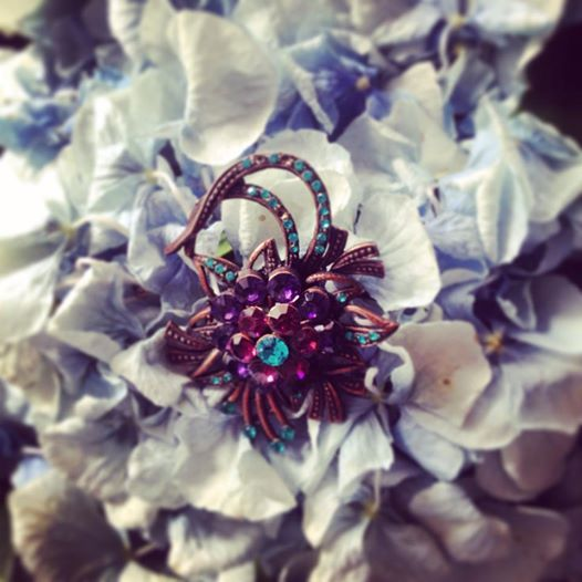 Vintage-like brooch in a fascinating combination of colors