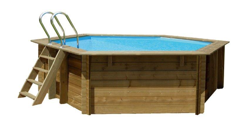 Gre Normandie 412 opzetzwembad set grenen rond  Aantrekkelijk houten bad van grenen FSC/PEFC. In Frankrijk geproduceerd en tegen insecten en rot beschermd door een autoclaafbehandeling klasse IV. De baden worden geleverd incl. zandfilter 4 m/u en trap (buiten hout binnen RVS). Het bad heeft een extra dikke liner van 50/100 die d.m.v. profielen wordt vastgezet.  Inhoud: 8.700 liter  Inclusief bodem- en wandbescherming  Deze wordt tussen de liner en de houten opbouw aangebracht. De installatie…