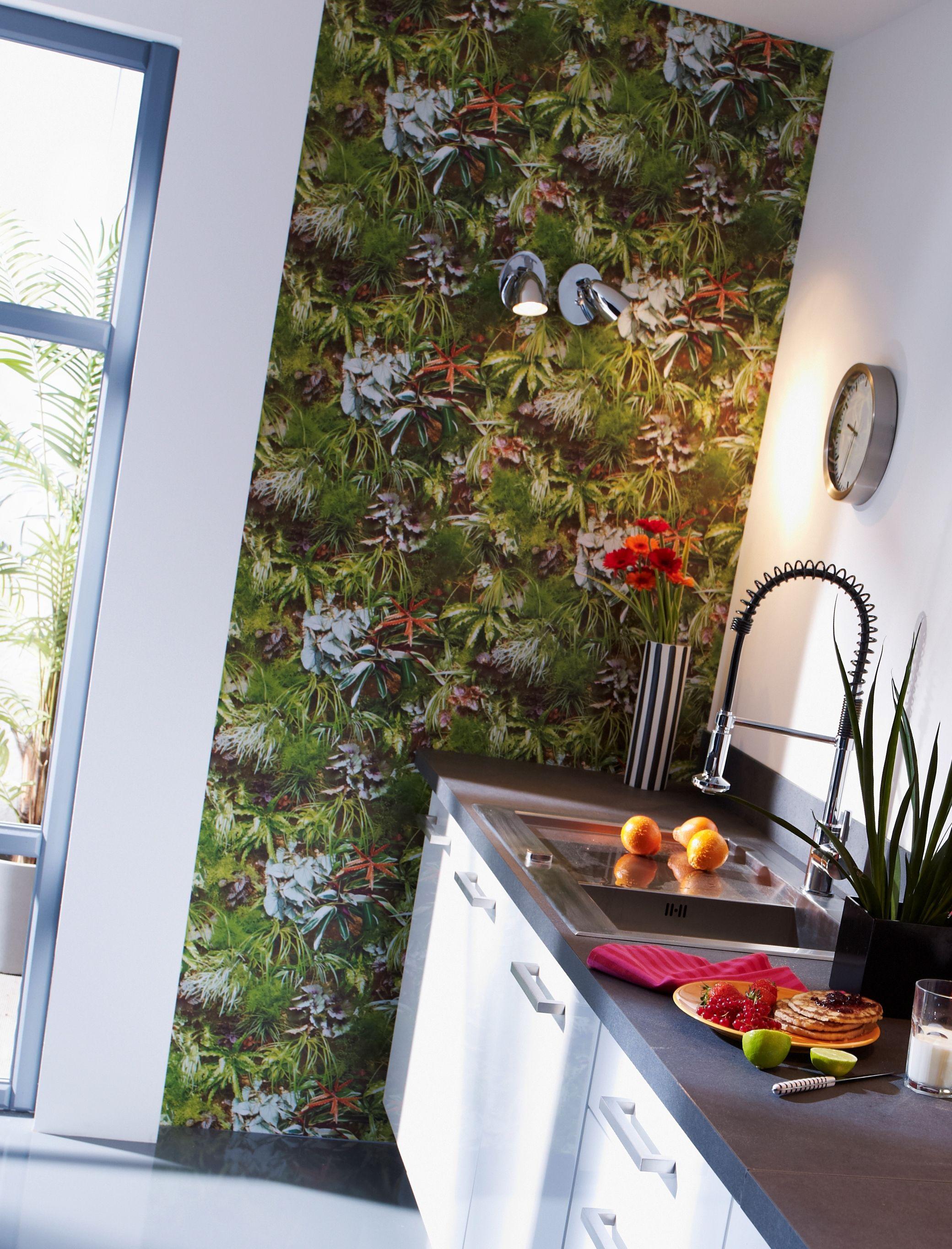 Ambiance déco tropicale dans la cuisine avec ce papier-peint vert