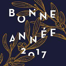 On Adore La Carte Sous Le Gui Avec Sa Typographie Qui Vient Jouer Autour De Branche Un Joli Dore Sublimer Ce Ravissant Bleu Nuit