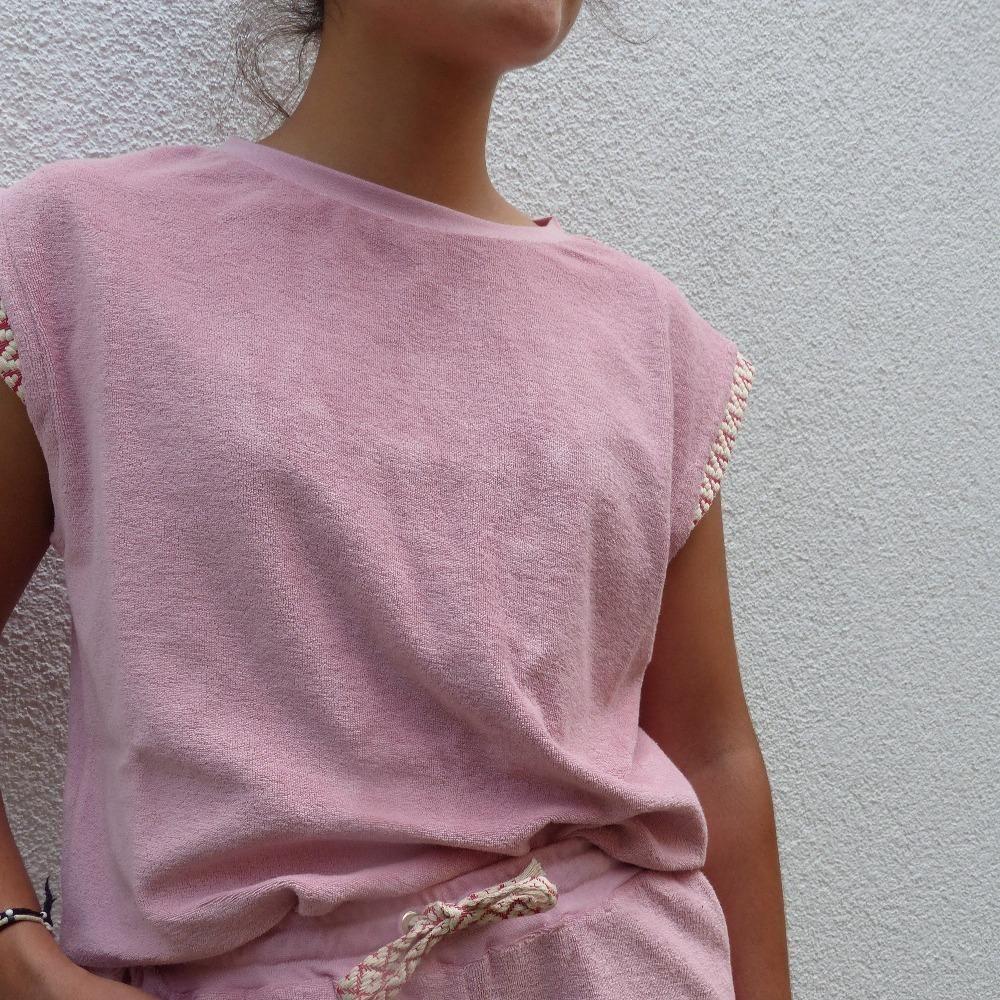 Das im Retro Stil gearbeitet Shirt aus Frottee besticht durch den überschnittenen Ärmel und dem abschließenden Band. Mit der passenden Shorts oder zur Jeans wird es zu einem legeren Outfit.MADE IN EUROPE – MADE WITH LOVE. Produktdetails: Designer Frieda Jauck Material 100% Bio Frottee GOTS zertifiziert Passform lockere Passform Größen XS, S, M, L Farbe Rose Pflegehinweis Auf links gedreht; Handwaschgang