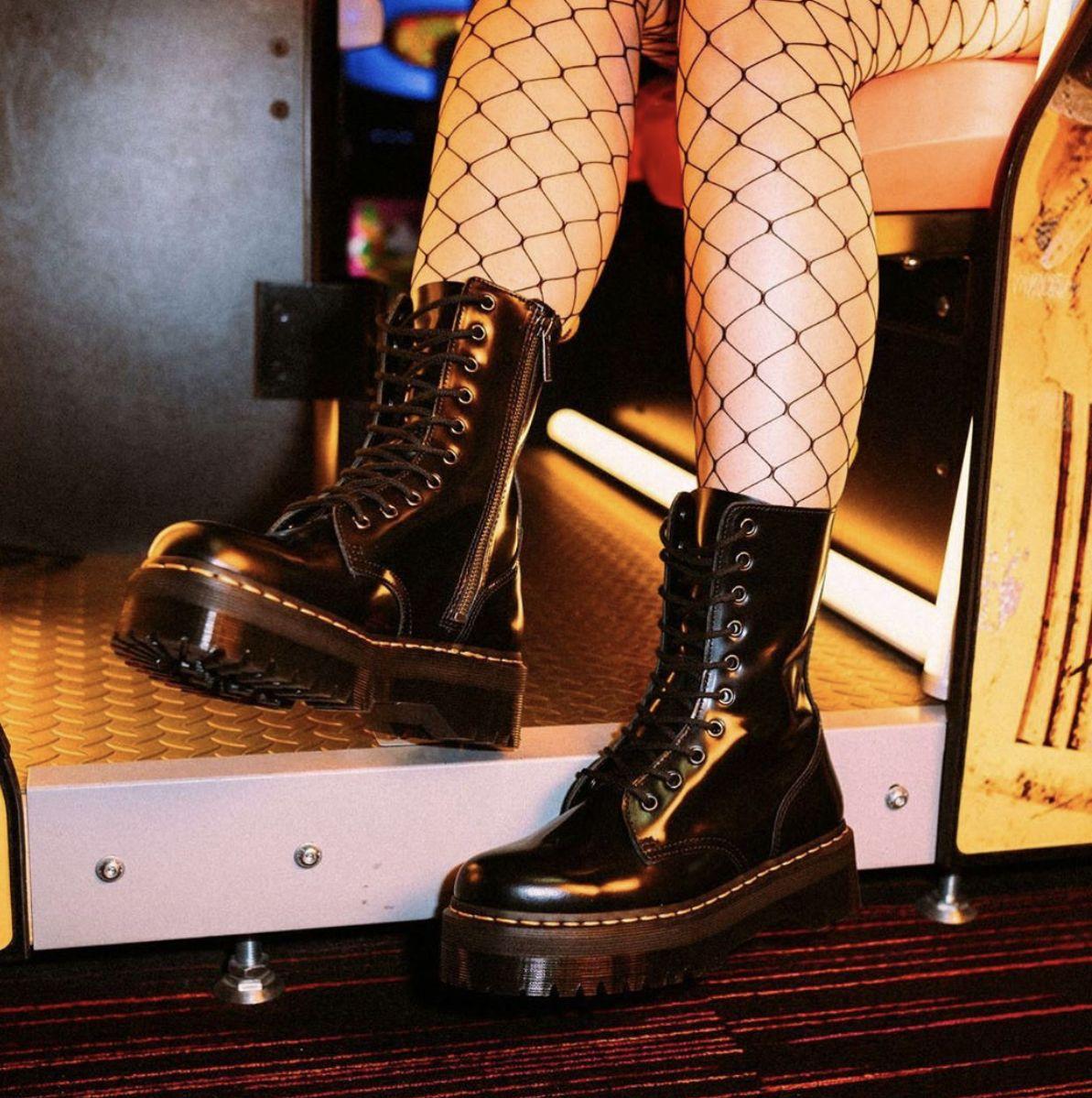 ▷ Outfits botas militares plataforma mujer - Looks 【DR MARTENS】   Botas  militares, Botas militares mujer, Dr. martens