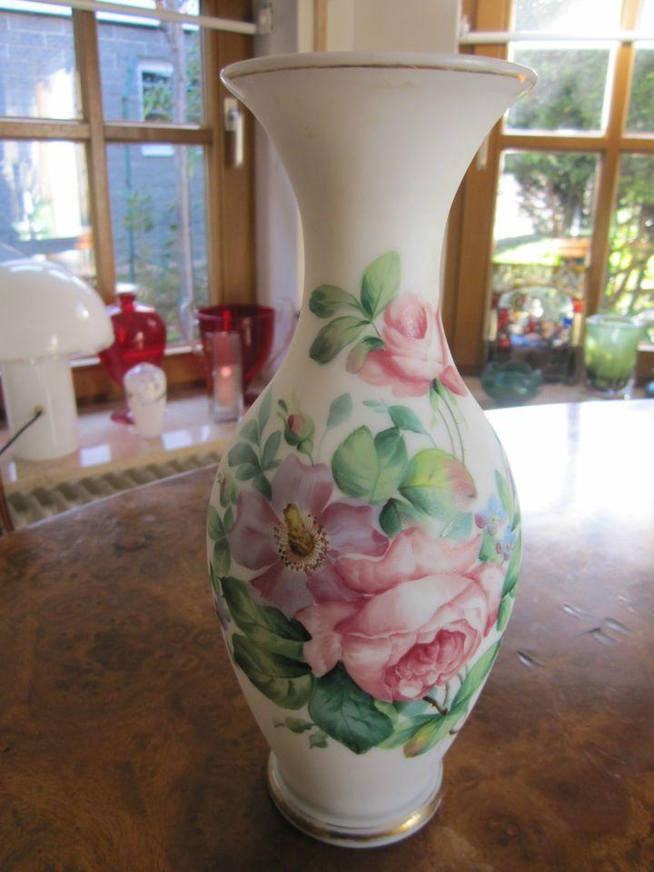 Alte Opalin-Glasvase mit wunderschönem Blumenbouquet Rosen