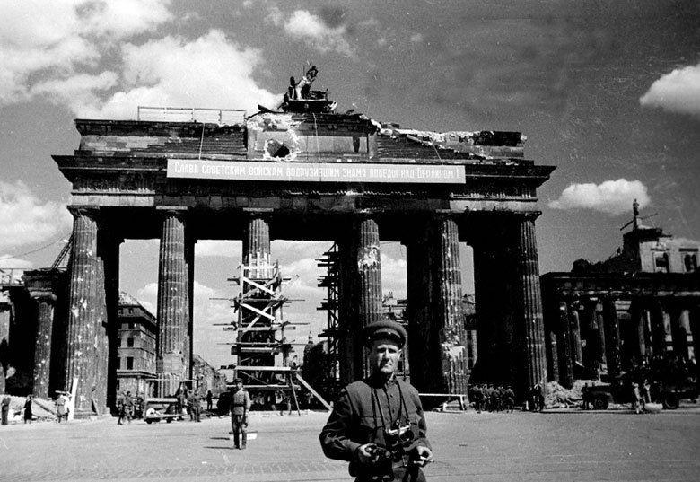Am Brandenburger Tor In Berlin 1945 Berlin Germany History Of Germany Berlin Travel