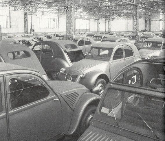 citro n 2cv 1949 usine citro n de levallois fin 1949 stockage des toutes premi res 2cv avant. Black Bedroom Furniture Sets. Home Design Ideas