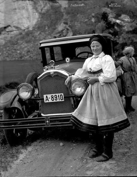 Galleri NOR; Sætesdalspike ved bilen 1927
