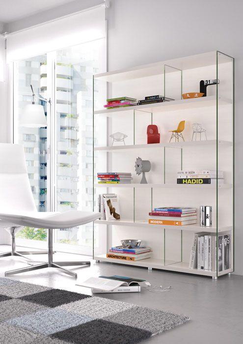 Trucos de decoración para ampliar espacios pequeños. Librería Eko-s con laterales de cristal