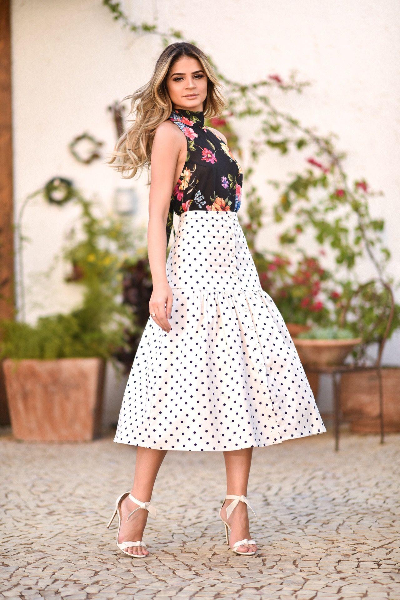 f3998d6ab Look da Thássia Naves com mistura de estampas: saia midi de poá branca e  preta, blusa de frente única estampada com flores e sandália de salto