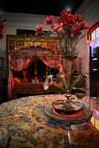 Der Tisch. Mit Stoff bezogen (unter Glasplatte). Muss die Oberfläche vom Couchtisch vielleicht doch bemalen oder bekleben.