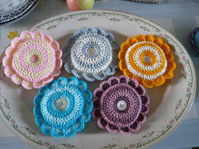 Free Pattern Ravelry: Daisy Pincushion pattern by Penny Peberdy ...
