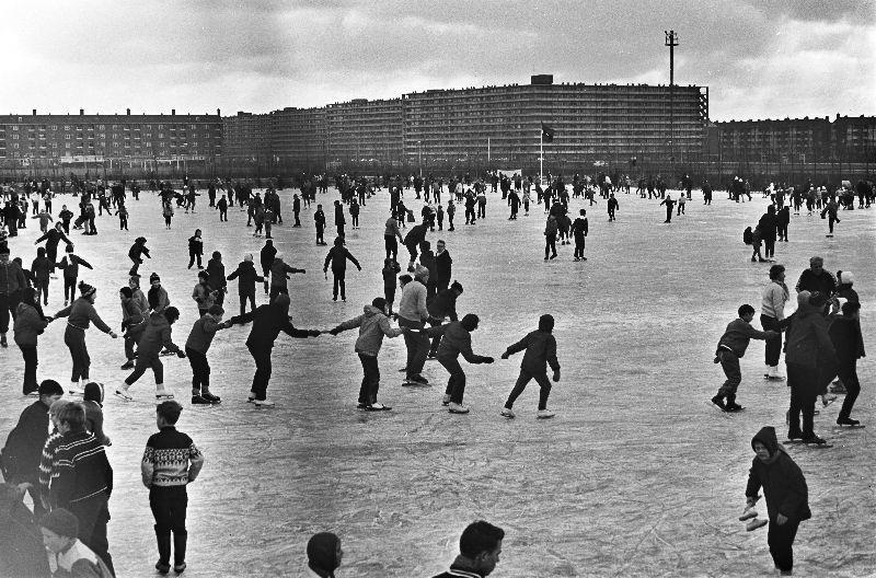 AMSTERDAM-WINTERWEER-SPORTPARK-OOKMEER  1966-01-12 AMSTERDAM: De ijsdrukte is weer begonnen. Op het ondergespoten veld van het Sportpark Ookmeer in Amsterdam-Osdorp oefent de jeugd haar geliefde wintersport uit.
