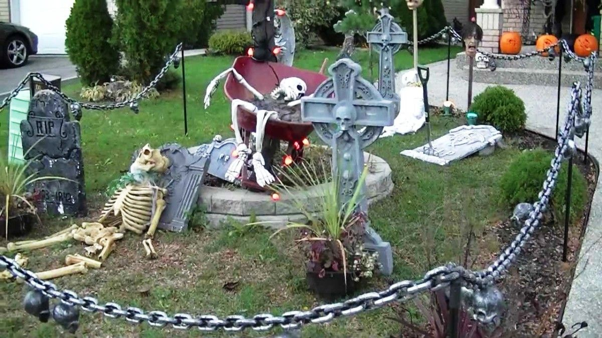 outdoor halloween pole decorating ideas halloween decor - Halloween House Decorating Ideas Outside