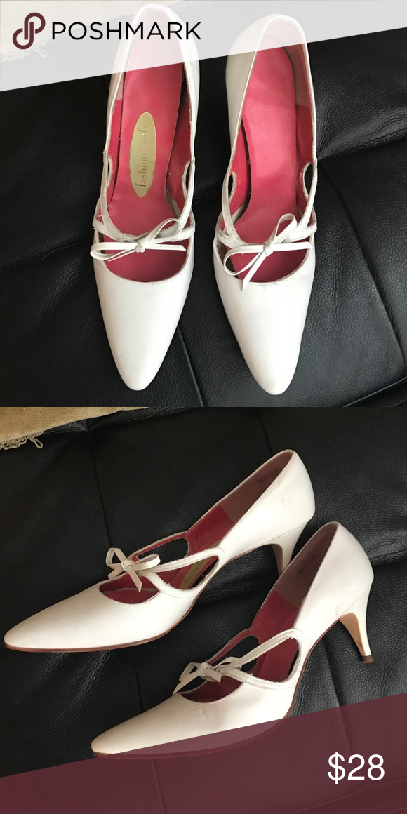 White vintage pumps White fashion craft vintage pumps, kitten heel, bow detail. Shoes Heels