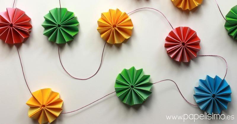 Guirnalda de papel con flores tipo acorde n manualidades - Tipos de papel manualidades ...
