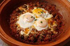 500 gram gehakt (lam, kip of rund) 800 gram tomatenblokjes (uit blik) 1 ui 5 eieren 3 teentjes knoflook (geperst) 50 gram verse koriander 50...