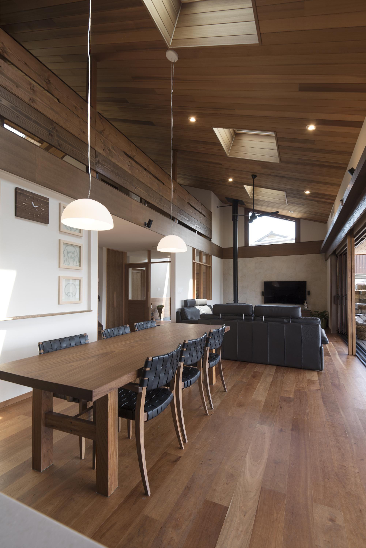 程良い高さの勾配天井に レッドシダーの羽目板を貼ったld空間 大きな