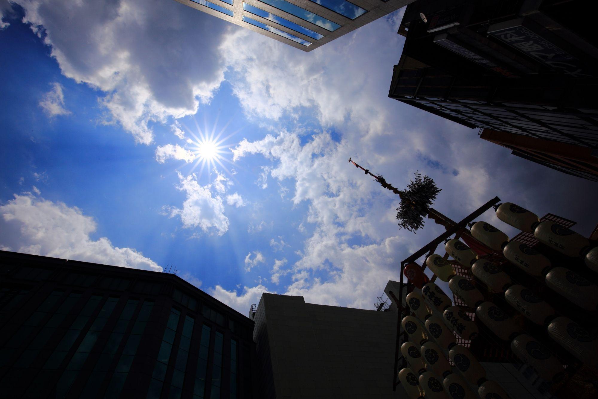 京都祇園祭の函谷鉾と青空と太陽