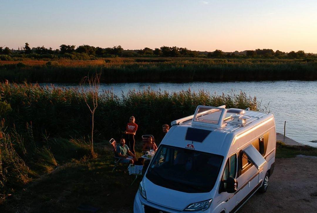 Vacances entre jeunes au bord de la Méditerranée