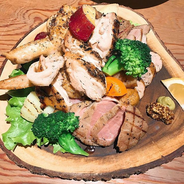 2017/04/05 キターーー‼︎ これ系の肉ランキング1位‼︎ #終始唸ってた #モーもブーもコケコッコーも全部美味しい‼︎ #肉の盛り合わせ#肉#牛肉#鶏肉#豚肉#ソーセージ#グリル#コンフィ#ロースト#スモーク#オステリアファーヴェ#広島