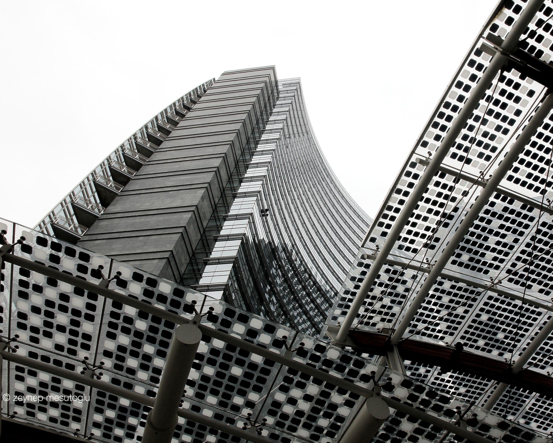 Edificio Unicredit Si Tratta Di Una Serie Di Palazzi Ecosostenibili In Vetro E Ferro Progettati Dall Architetto Argentino Cesar Pell Architetti Torre Palazzi
