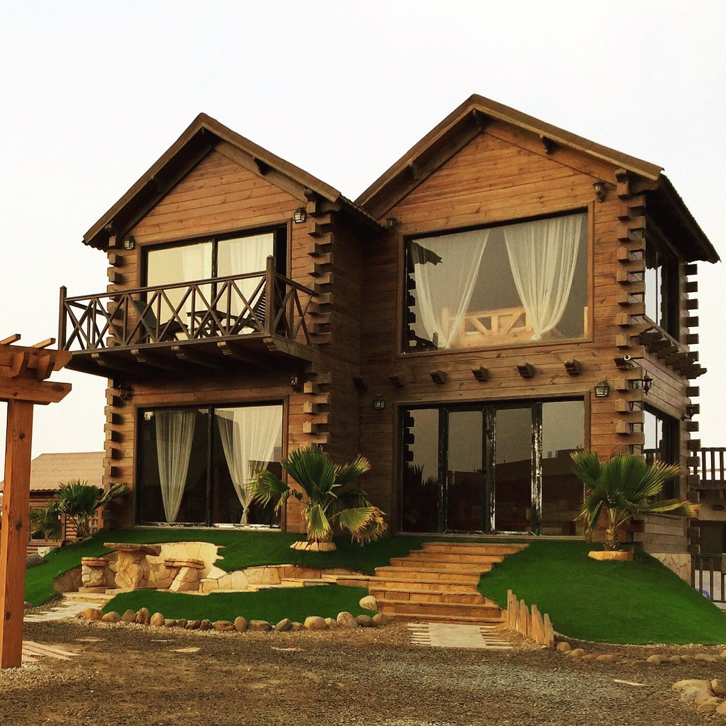 كوخ خشبي من طابقين ضمان ١٥ سنة تصميم وتنفيذ الحسين للمنازل الريفية House Styles Country Cottage Types Of Doors