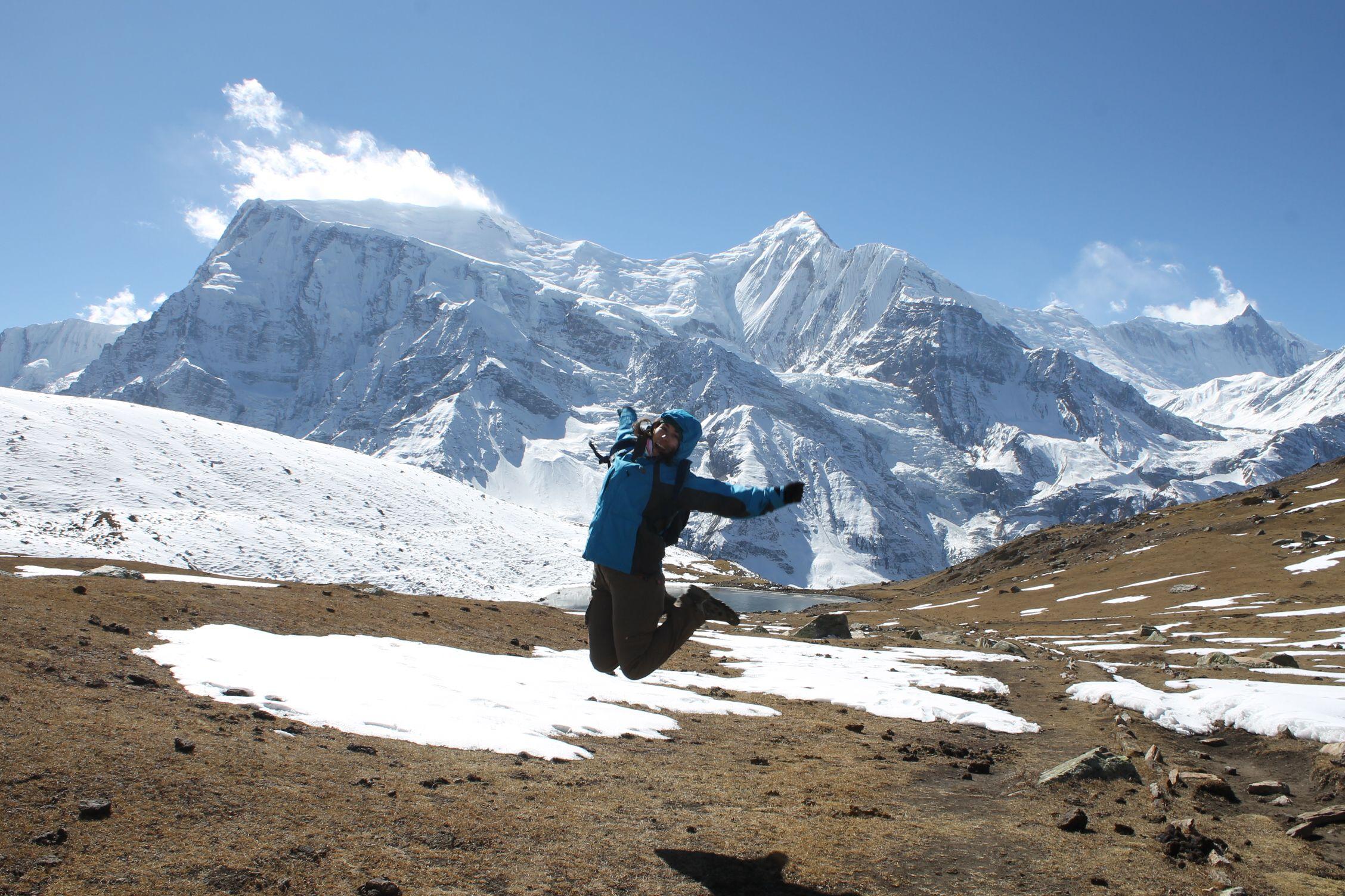 Salto de la felicidad con los Annapurnas detrás