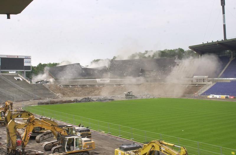 Hannover Niedersachsenstadion Umbau Des Stadions In Eine Reine Fussball Arena Sprengung Der Sudlichen Westtribune Hannover Stadion Niedersachsen