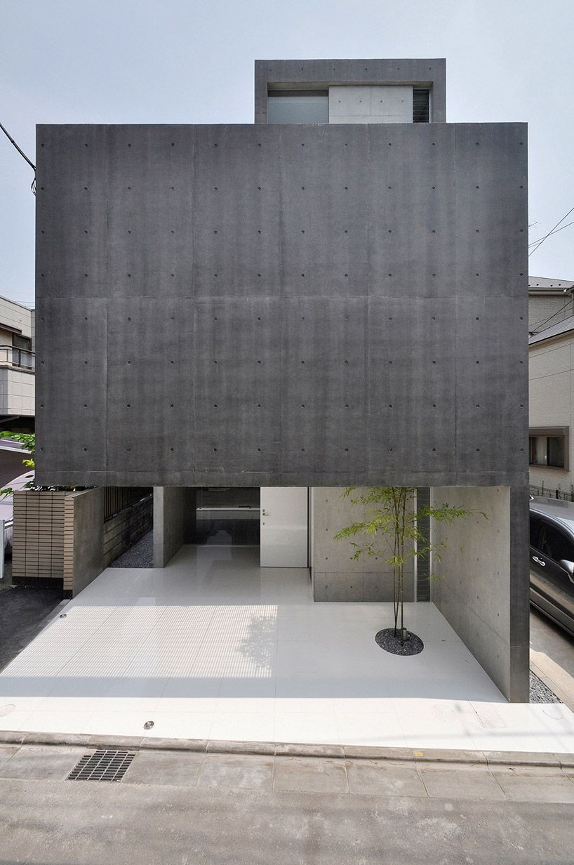 A Ground Level Void Within A Monolithic And Windowless Concrete Boundary Creates This In 2020 Minimalist Architecture Modern Japanese Architecture Minimal Architecture