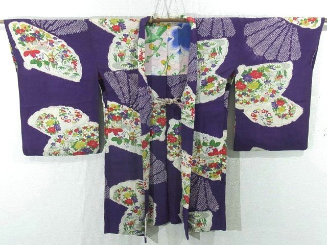 This is a vintage Haori with fan pattern, which is dyed with Shibori (tie-dye) technique