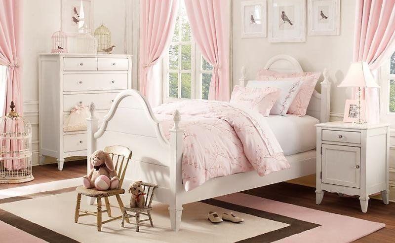 Charmant Chambre Petite Fille Romantique Avec Meubles Blancs Et Déco Rose Pâle