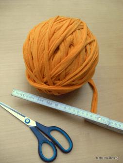 Heute habe ich aus einem alten Bettlaken (Jersey) Textilgarn hergestellt. Das geht ganz einfach: Das saubere Bettlaken auf einen festen Untergrund legen und spiralförmig einen ca. 2 – 3 cm breiten Streifen schneiden. Mit einem Klick auf das Bild wird es vergrößert dargestellt. Nach dem Schneiden wird der Streifen lang gezogen. Dadurch rollt sich das … … Weiterlesen →