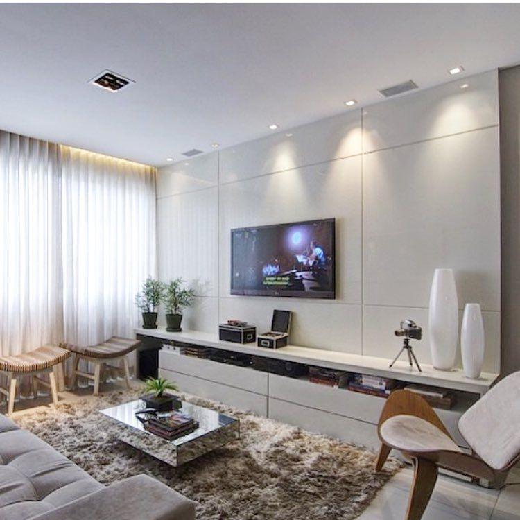 Sala de tv com m vel em laca bem clara decora o painel for Sala tv moderna