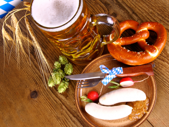 Sie können in diesem Jahr nicht zur Wiesn fahren? Dann holen Sie das Oktoberfest eben zu sich nach Hause. Mit wenigen Deko-Tricks verwandeln Sie Ihr Heim in ein zünftiges Bierzelt. www.fuersie.de/lifestyle/oktoberfest/artikel/so-geht-die-zuenftige-wiesn-deko-tipps-und-ideen