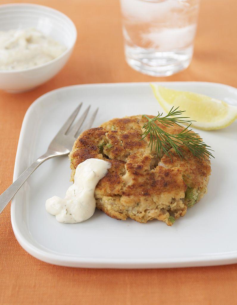 Recette Crabe cake :  Egouttez bien et écrasez grossièrement 450 g de crabe.  Dans un bol, fouettez 1 oeuf en omelette.  Ajoutez 1 échalote ciselée, 1 c. à soupe de mayonnaise et 2 de chapelure.  Ajoutez 3 c. à soupe de fines herbes (ciboulette, persil, estragon par exe...