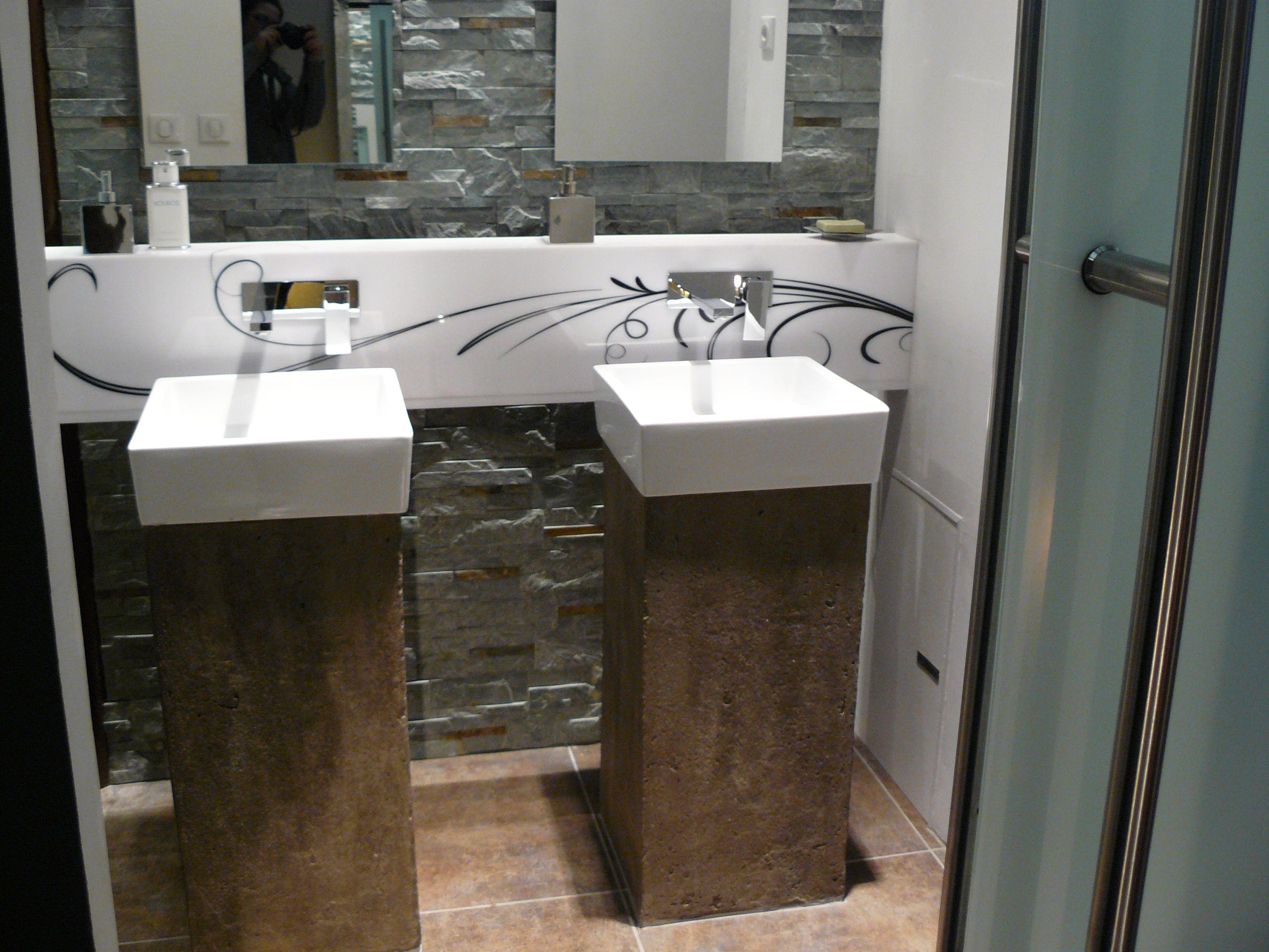 salle de bain mur pierre hauteur 4m50 avec deux vasques. Black Bedroom Furniture Sets. Home Design Ideas