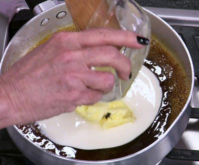Mosca cau na calda de caramelo de banana da Ana Maria (Foto: TV Globo)